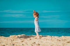 Weinig leuk meisje loopt op het strand Royalty-vrije Stock Afbeeldingen