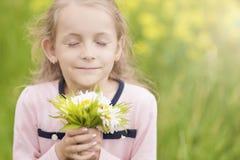 Weinig leuk meisje met bloemenboeket Royalty-vrije Stock Afbeeldingen