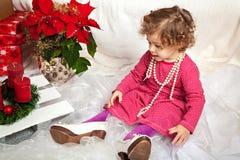 Weinig leuk meisje met parels en in mother& x27; s schoenen royalty-vrije stock afbeeldingen