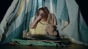 Weinig leuk meisje in tipitent in slaapkameravond stock footage