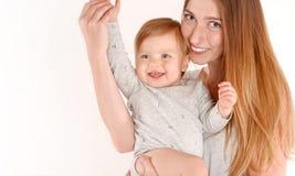 Weinig leuke baby op moeder` s hand Stock Afbeeldingen