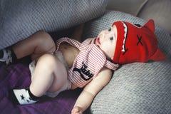 Weinig leuke babyjongen legt op het bed Royalty-vrije Stock Afbeeldingen