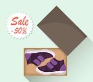Weinig leuke babyschoenen in doos, zijaanzicht Verkoop met een korting van 50 percenten Jong geitjes toevallige violette laarzen  vector illustratie
