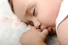 Weinig leuke babyslaap Stock Fotografie