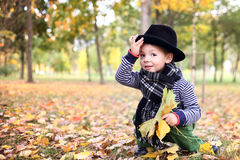 Weinig leuke heer in een zwarte hoed in de herfstpark Stock Foto