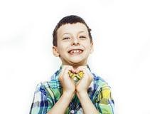 Weinig leuke jongen die op wit gebaar als achtergrond, het concept van levensstijlmensen dicht omhoog glimlachen royalty-vrije stock afbeeldingen