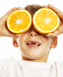 Weinig leuke jongen met oranje fruitdubbel isoleerde bij het witte glimlachen zonder voor vrolijk tanden aanbiddelijk jong geitje Royalty-vrije Stock Afbeeldingen