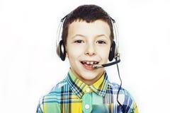 Weinig leuke Kaukasische jongen in hoofdtelefoons die het gelukkige glimlachen stellen geïsoleerd op witte achtergrond, het conce stock afbeelding