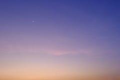 Weinig maan op de aardachtergrond van de hemelzonsondergang Stock Fotografie