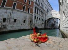 Weinig masker tijdens Venetiaans Carnaval stock afbeelding