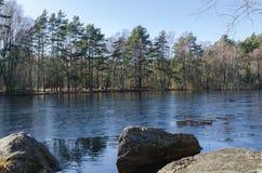 Weinig meer in Februari het water is frozeen Stock Afbeeldingen
