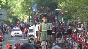 Weinig meisje-reus in Montreal, Quebec stock videobeelden