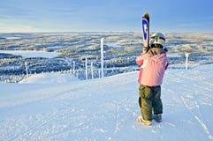 Weinig meisje-skiër op de heuvel Stock Afbeelding