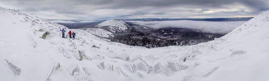 Weinig mensen in de winterbergen, Zuiden Ural Stock Afbeeldingen