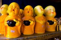 Weinig monnik ceramisch voor verkoop aan reizigers Stock Fotografie