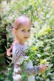Weinig mooi blondemeisje en heel wat wit bloeien in zomer Stock Foto