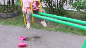 Weinig mooi meisje berijdt op geschommel en lacht in de zomerdag stock video
