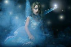 Weinig mooi meisje in blauwe kleding met vleugels. Royalty-vrije Stock Afbeeldingen