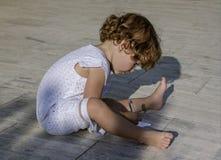 Weinig Mooi meisje die iets op een document schrijven Royalty-vrije Stock Foto