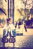 Weinig mooi meisje die op de stadsstraat lopen Royalty-vrije Stock Afbeeldingen