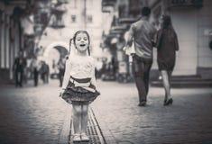 Weinig mooi meisje die op de stadsstraat lopen Stock Fotografie