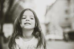 Weinig mooi meisje die op de stadsstraat lopen royalty-vrije stock foto's