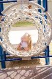 Weinig mooi meisje die in speelplaats spelen royalty-vrije stock foto's