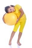 Weinig mooi meisje in geel met gele bal Royalty-vrije Stock Foto's