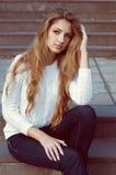 Weinig mooi meisje ligt op groen gras, de zonzomer in stadspa Royalty-vrije Stock Fotografie