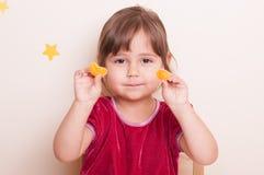 Weinig mooi meisje toont gezuiverde mandarin Royalty-vrije Stock Foto
