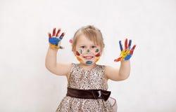 Weinig mooi meisje trekt verven, indient de verf Stock Foto