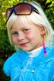 Weinig mooi meisje in zonnebrilclose-up stock fotografie