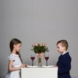 Weinig mooi paar op een datum schoonheidsmeisje en jongen samen Royalty-vrije Stock Afbeeldingen