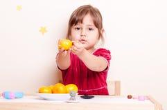 Weinig mooie meisje en mandarin Royalty-vrije Stock Afbeelding
