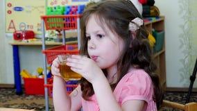 Weinig mooie meisje het drinken thee stock videobeelden