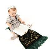 Weinig moslimjong geitje bidt Stock Foto