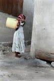 Weinig Moslimmeisje is lege gele plastic emmer, Zanzibar, fis royalty-vrije stock afbeelding