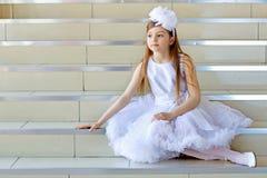 Weinig nadenkend meisje royalty-vrije stock fotografie
