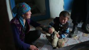 Weinig nomade met zijn moeder stock videobeelden