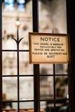 Weinig Nota over het Respecteren van Privaty of Gebeden binnen van Trinit Stock Foto's