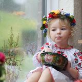 Weinig Oekraïens meisje in nationale kleding met traditioneel voedsel Royalty-vrije Stock Foto