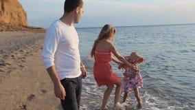 Weinig onbezorgd meisje die langs het strand lopen aan stock footage