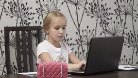 Weinig onderneemster bij laptop stock footage