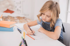 Weinig ontwikkeling van de de tekenings thuis creativiteit van het jong geitjemeisje Stock Afbeeldingen