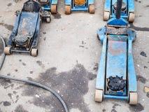 Weinig oude hydraulische hefbomen voor vervanging van banden royalty-vrije stock afbeeldingen