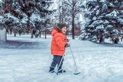 Weinig oude jongen 3-4 jaar, de skis van de winterkinderen, gelukkige het glimlachen spelen, die pret, actief beeld hebben van ki royalty-vrije stock foto