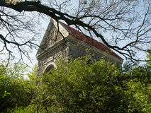 Weinig oude kerk in groene oase Royalty-vrije Stock Afbeeldingen