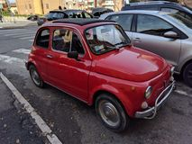 Weinig oude rode auto van het verleden royalty-vrije stock foto