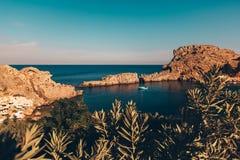 Weinig overzeese baai in Griekenland met varend jacht stock afbeelding