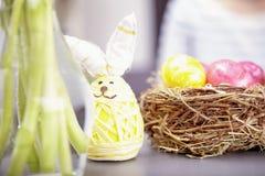 Weinig Pasen-konijntje met eieren royalty-vrije stock afbeelding